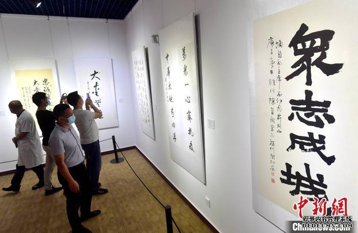 图为福州市民在展馆内观看展示的书法作品。 张斌 摄
