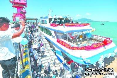 """""""海坛2号""""海上观光游轮今年6月开航后,成为平潭国际旅游岛新热点。江信恒 摄"""